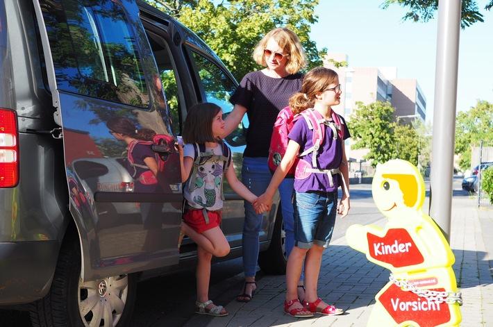 """TÜV Rheinland: Schulkinder frühzeitig an Straßenverkehr gewöhnen Kinder mit dem """"Elterntaxi"""" nicht bis zum Schultor bringen Mangelnde Erfahrung führt zu höheren Durchfallquoten beim Führerschein"""
