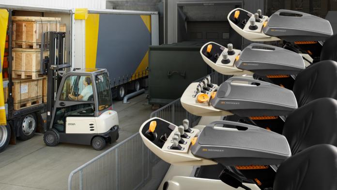 Crown integriert die prämierte D4 Armlehne in alle Gegengewichtstapler mit Fahrersitz