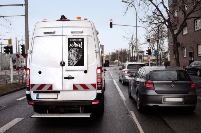 image 1 17 696x460 - ePaper Displays machen Fuhrpark zu Werbeplattform: Kostenneutral dank Fördermittel des Wirtschaftsministeriums