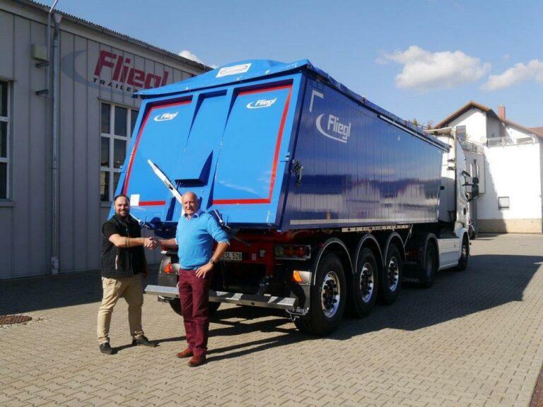 Die Stutz Logistik GmbH in Merzig transportiert mit ihrem neuen Dreiachs-Sattelkipper bis zu 3,6 Tonnen mehr Fracht pro Tag. Das geringe Leergewicht macht's möglich.