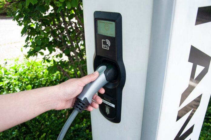 image 1 72 696x462 - TÜV Rheinland: Ladesäulen für Elektrofahrzeuge mindestens jährlich prüfen lassen Betreiber verantwortlich für sichere Elektrik und Handhabung Funktionstests und Messungen verlangen Fachwissen