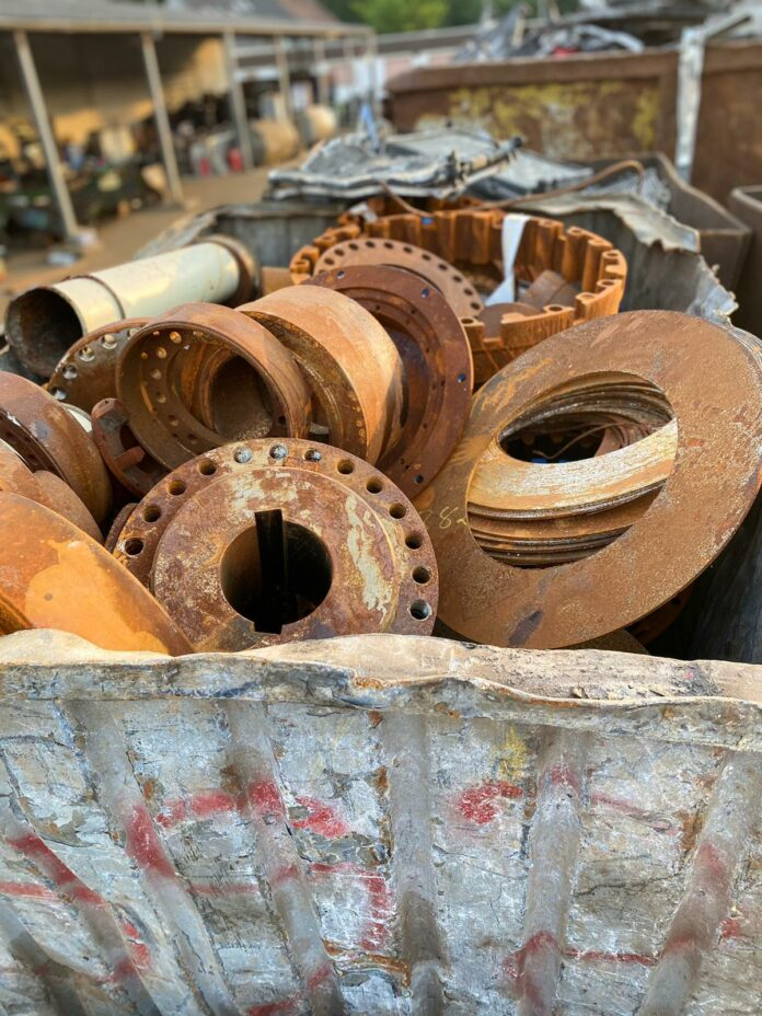 image 1 77 696x928 - Schrottentsorgung erfordert Know-how – die Schrottabholung Bochum weiß, wie man Elektroschrott entsorgt.