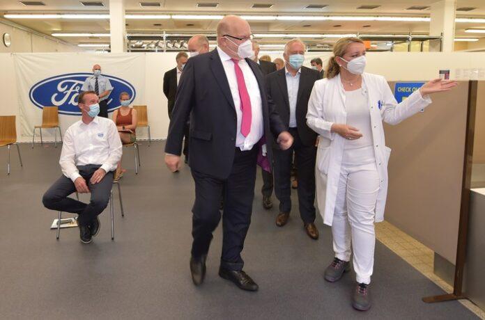 image 1 87 696x460 - Minister Altmaier zu Besuch im Ford Impfzentrum in Saarlouis