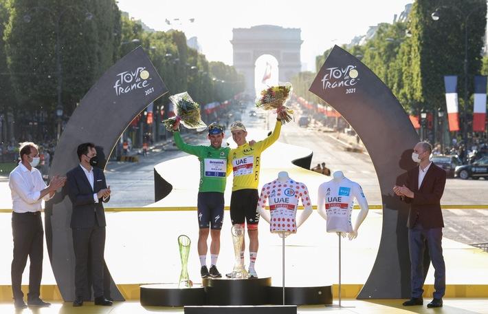 Sieger der 108. Tour de France Tadej Pogačar mit Kristallglas-Trophäe von ŠKODA AUTO geehrt