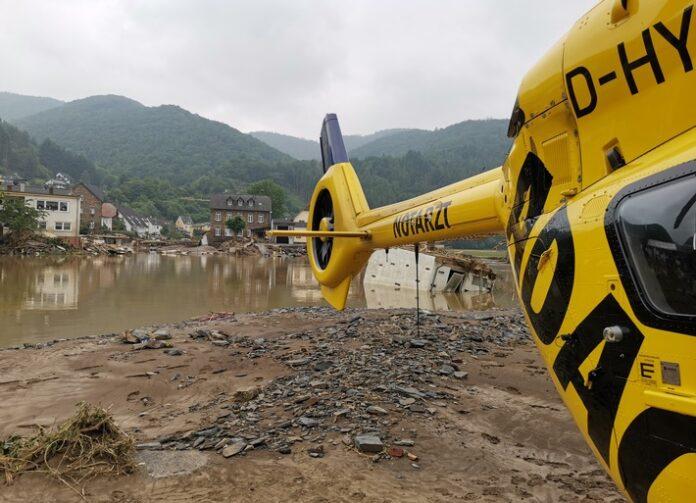 image 1 104 696x503 - Hochwasser: Noch nie so viele Spezialeinsätze aus der Luft / ADAC Luftrettung zieht Bilanz der Arbeit im Katastrophengebiet / Mehr als 200 Einsätze, davon 111 Windenrettungen